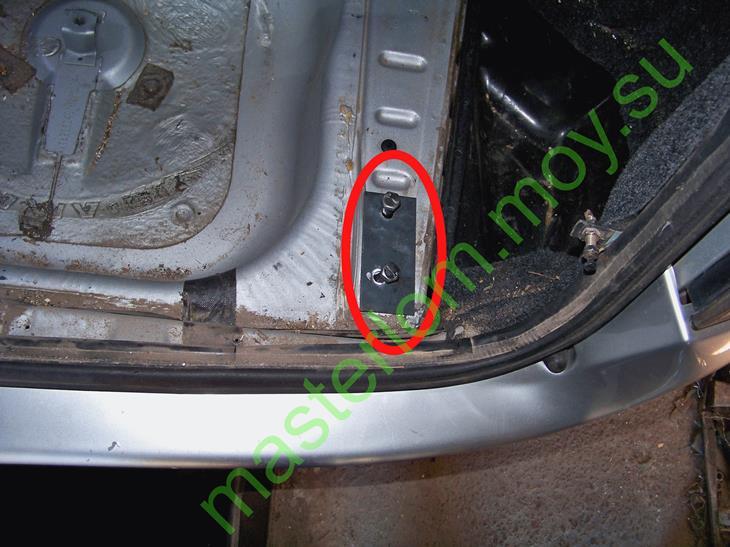 Фаркоп ВАЗ 21114, отверстие по правому борту в багажнике.