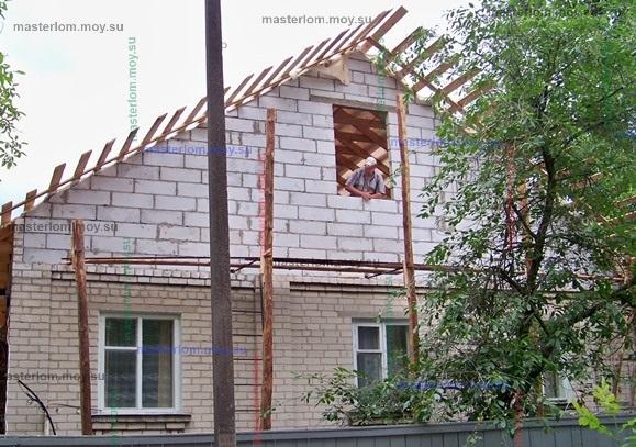 установка опор для строительных лесов с фронтона