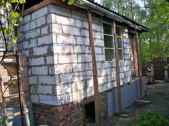 Новые стены веранды из пеноблока с опорами кровли
