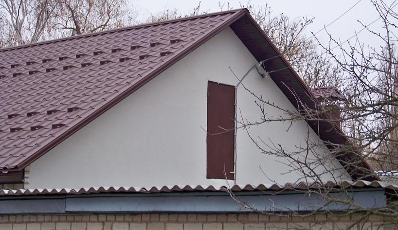 Вид подвода проводов к дому с фронтона