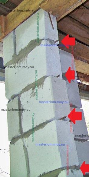 прутья в кладке стены из пеноблока
